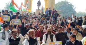 कांग्रेस ने धरना दे कर राष्ट्रपिता का अपमान करने वालों पर राष्ट्रद्रोह का मुकदमा दर्ज कर गिरफ्तारी की मांग की