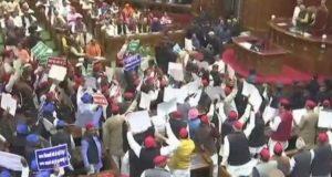 यूपी विधानमंडल सत्र की हंगामेदार शुरुआत, विपक्षी सदस्यों ने फेंके कागज के गोले,सपा विधायक बेहोश होकर गिरे