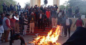 पुलवामा में आतंकी हमले के विरोध में नागरिकों का गुस्सा फूटा पाकिस्तान का पुतला फूंका
