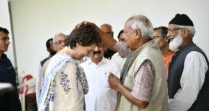 प्रियंका गाँधी  रायबरेली में कांग्रेस कार्यकर्ताओं से मिलीं और चुनावी तैयारियों पर चर्चा की