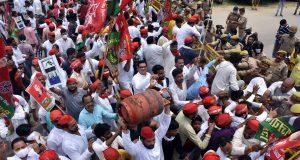 सपा  का महंगाई व किसानों के मुद्दे पर  जबरदस्त प्रदर्शन