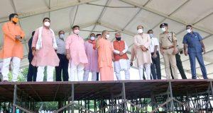 मुख्यमंत्री ने  वाराणसी भ्रमण के दौरान प्रधानमंत्री  के प्रस्तावित कार्यक्रमों की तैयारियों के सम्बन्ध में बैठक कर व्यवस्थाओं की जानकारी ली और आवश्यक दिशा-निर्देश दिए
